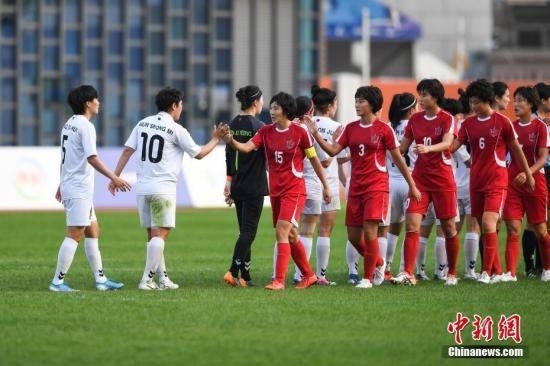图为赛场上朝鲜队与韩国队相互致意。中新社记者 何蓬磊 摄