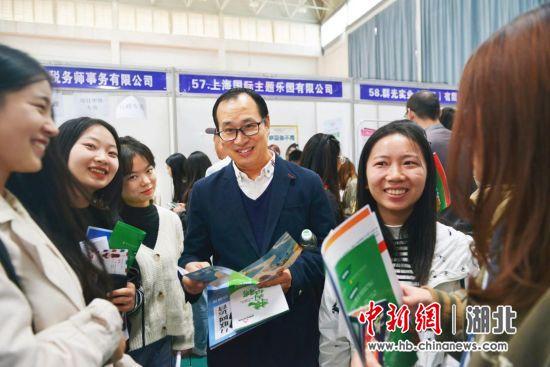 辅导员张平平(中)现场指导学生面试 刘书臣 摄