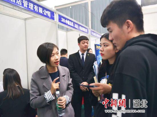 学生与用人单位沟通 刘书臣 摄
