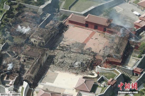 当地时间2019年10月31日,日本冲绳县首里城突发大火,主要建筑几乎全部被烧毁,现场一片狼藉。