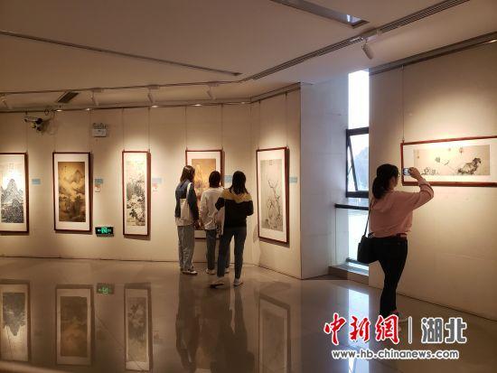 """高校举办书画艺术展:戴上VR设备""""穿越""""回北宋"""
