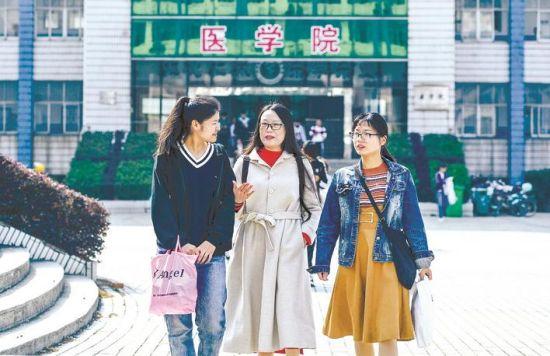 蔡佳丽(中)与同学们在校园里