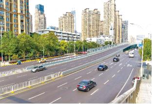武汉街道宽阔平坦,交通秩序井然