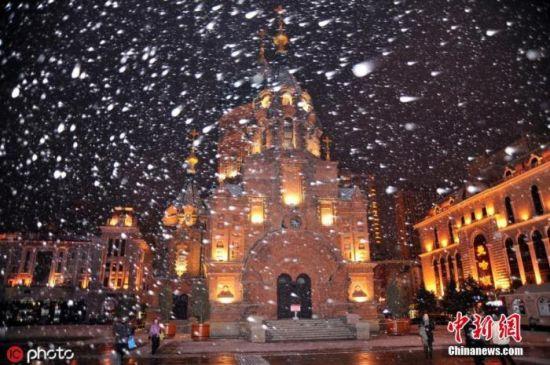 资料图:11月6日,哈尔滨市降下今年秋末冬初首场雪。小刘 摄 图片来源:IC photo