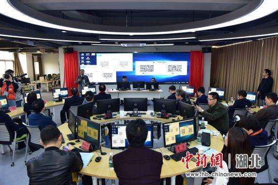 學生記者在武昌首義學院媒體融合仿真實驗中心內演練 那笑言 攝