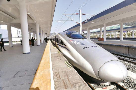 汉十高铁开通在即,沿线车站都在进行最后的设备调试工作。图为试运行高铁抵达十堰东站 楚天都市报记者李辉摄