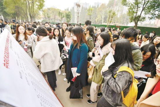 2020年度国考开考,湖北大学考点考生准备进入考场