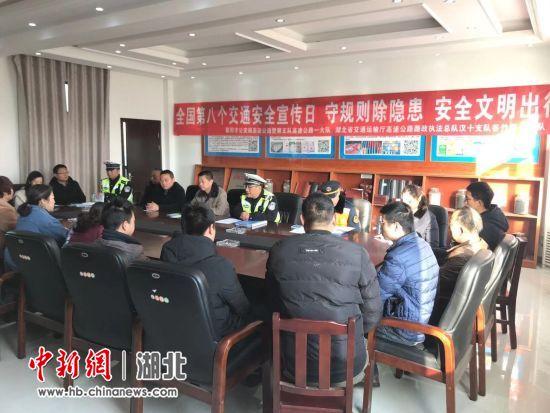 """襄阳高警支队一大队开展""""交通安全日""""主题宣传"""