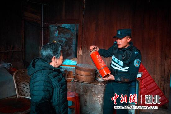 辅警刘琦为市民讲解灭火器使用方法