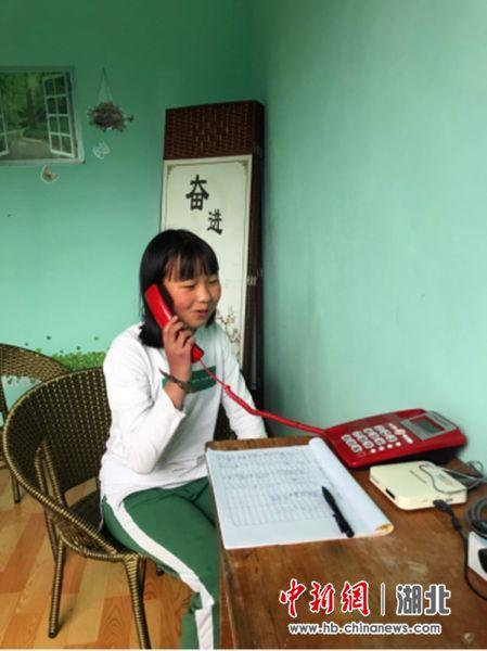 留守学生在亲情小屋与家人通电话
