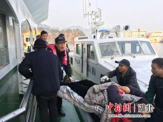 三峽海事局8分鐘緊要救助重癥船員