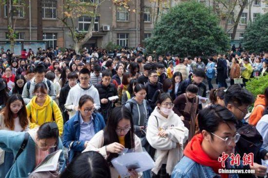 资料图:考生在南京林业大学考点进场参加国考笔试。 中新社发 苏阳 摄图片来源:CNSphoto