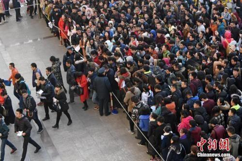 资料图:一公务员考点,考生排队准备进入考场。武俊杰 摄