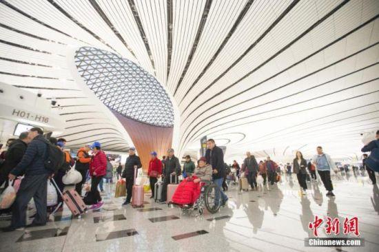 资料图:2019年10月27日,民众正在北京大兴国际机场准备乘机出行。 中新社记者 张云 摄