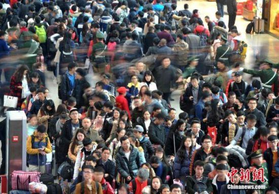 资料图:福州火车站人流如潮。 张斌 摄
