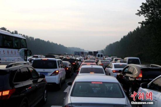 资料图:京珠高速河南许昌段,行驶在高速上的车辆遭遇堵车。中新社记者 王中举 摄