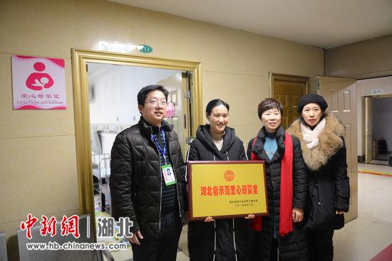 """荆门二医工会主席郭圣龙(右一)介绍""""爱心母婴室""""概况"""