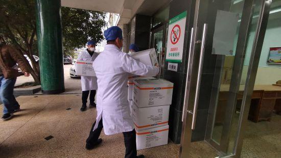 将捐赠抗疫物资送进宜昌市三医院
