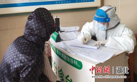 导诊护士贺银娟询问患者并做详记录