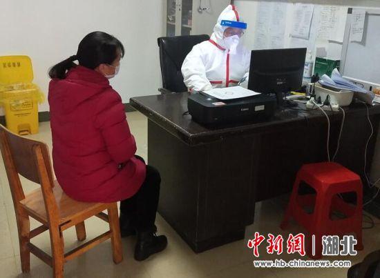 刘淮在发热门诊接诊患者