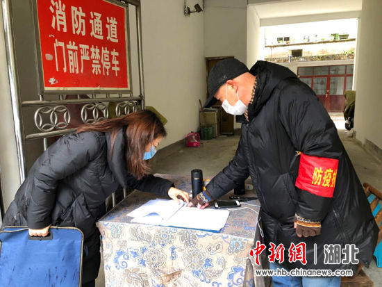 2月15日,谭珂到查看小区值守点登记台账