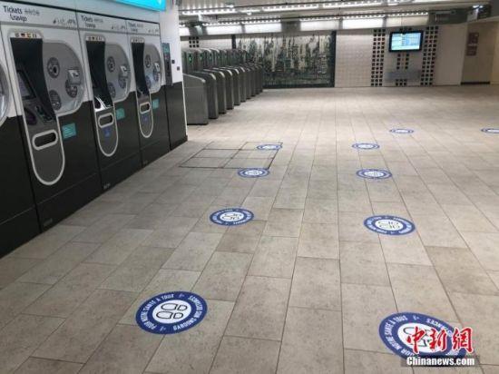当地时间5月8日,在巴黎一个地铁站粘贴的提醒社交距离标识。当天地铁站内几乎没有乘客。