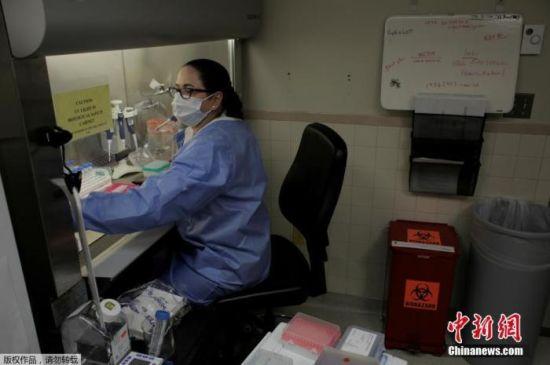 资料图:当地时间4月14日,美国华盛顿州刘易斯-麦考德联合基地的麦迪根陆军医疗中心实验室,微生物学家正在进行检测核酸。