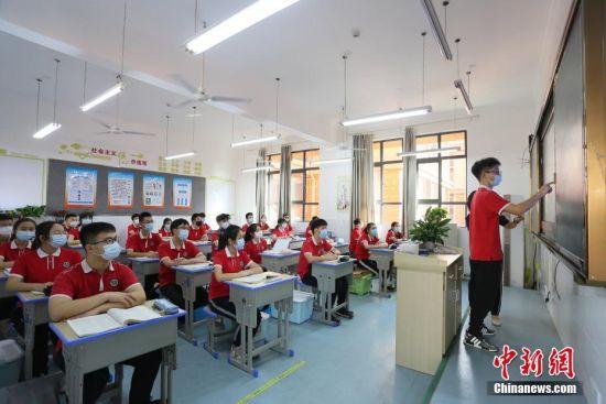 学生在课堂上。 王康荣 摄