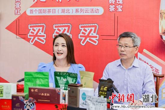 宜昌市农业农村局局长周京(右)直播荐茶