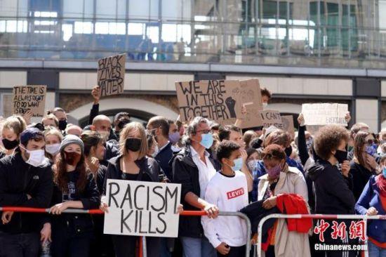 当地时间6月6日,约1.5万人聚集在柏林亚历山大广场举行示威,纪念在美国警察暴力执法中丧生的乔治・弗洛伊德,抗议种族主义和警察暴力。中新社记者 彭大伟 摄