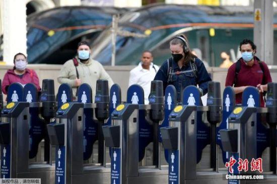 当地时间6月15日,英国伦敦,通勤者戴口罩乘坐公共交通。