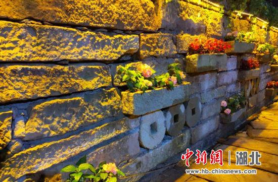 北夷城一角,民间石磨配上鲜花装点,土家风味突出 王戎供图