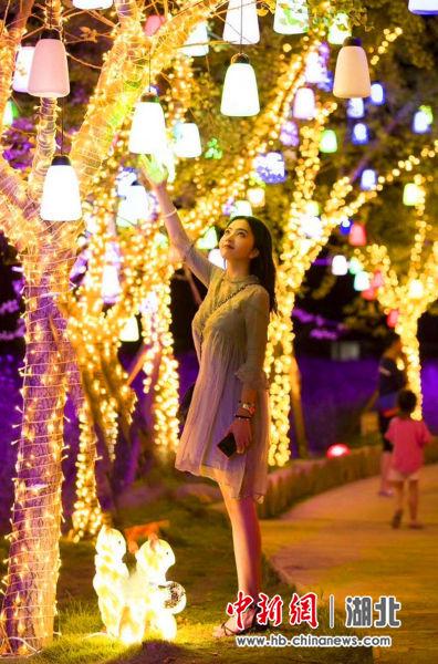 夜晚的北夷城成了市民的打卡地,灯光璀璨十分迷人 王戎供图