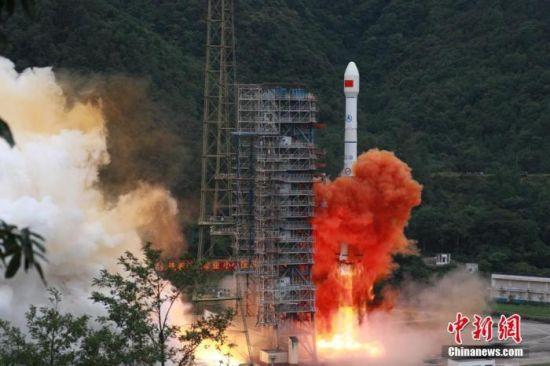 北京时间6月23日9时43分,中国在西昌卫星发射中心用长征三号乙火箭发射北斗三号全球卫星导航系统最后一颗组网卫星。 胡煦�� 摄