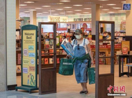 当地时间6月19日,美国加利福尼亚州圣马特奥县居民在一处大型购物中心内的书店购物。目前,加州重启经济进入第三阶段,部分高风险场所可重新营业。 中新社记者 刘关关 摄