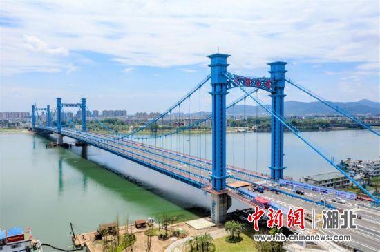 汉江首座三塔式悬索桥建成通车