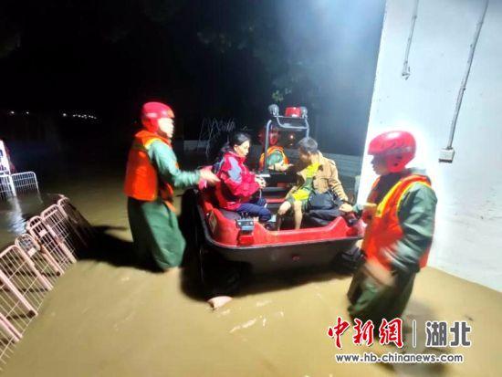 湖北襄阳:暴雨造成城区内涝 消防排险救人