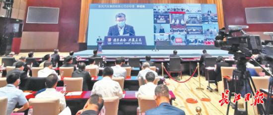 """离首场""""云招商""""仅一个多月,武汉又举办了""""云招商""""央企专场活动。当天签约37个重量级项目,为武汉奋力夺取""""双胜利""""注入强大""""战力""""。记者杨涛 摄"""