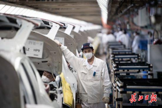 长江日报-长江网记者探访东风本田生产车间。 记者任勇 摄