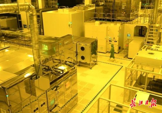6月23日,武汉华星光电技术有限公司,t3项目彩膜生产线在运行中。记者高勇 摄影