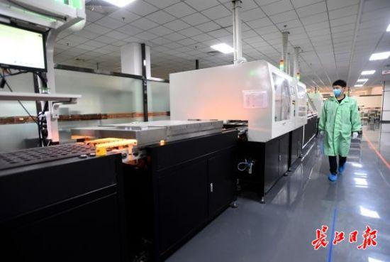 中国信科-武汉虹信通信技术有限责任公司,全国首条5G智能制造生产线在正常运转。记者高勇摄