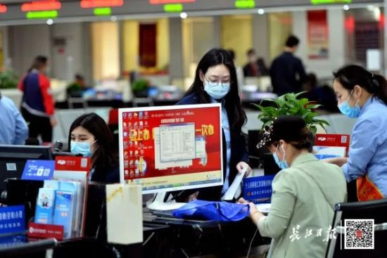 5月29日,武汉市民之家,市民在税务服务窗口办理业务。记者喻志勇 摄