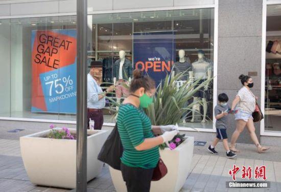 当地时间6月26日,美国北加州圣克拉拉县市民在斯坦福购物中心购物。因近期新冠肺炎确诊病例激增,包括旧金山在内的加州多个县决定放缓重启经济的步伐。 中新社记者 刘关关 摄