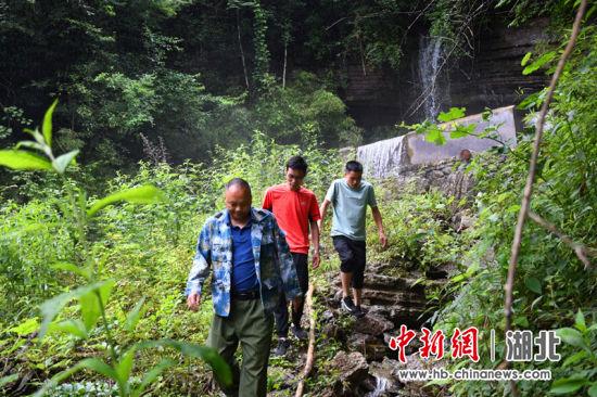 带领村民寻找水源 刘林供图