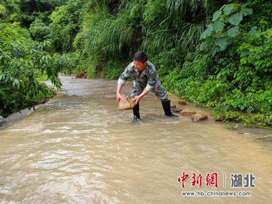 湖北恩施市:干部群众积极应对暴雨灾害