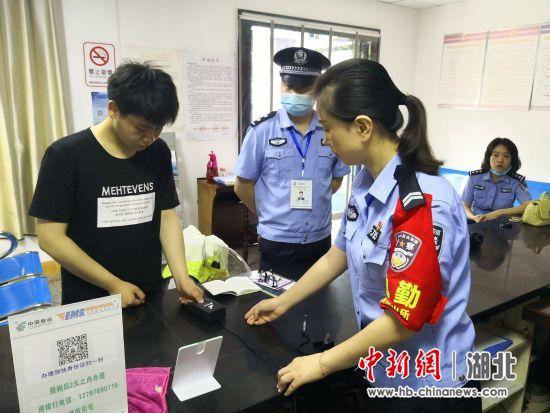 """襄阳保康一高考生遗失身份证 当地民警上演""""高考时速"""""""