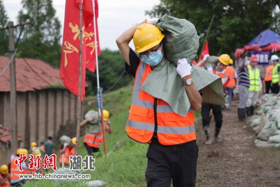 中交二航局组织抢险力量对朱家河沿岸河堤进行加固加高 李安辉 摄