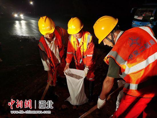 中交二航局救援队在湖北黄梅抢险