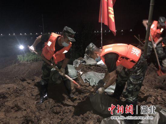 武警官兵连夜抢险