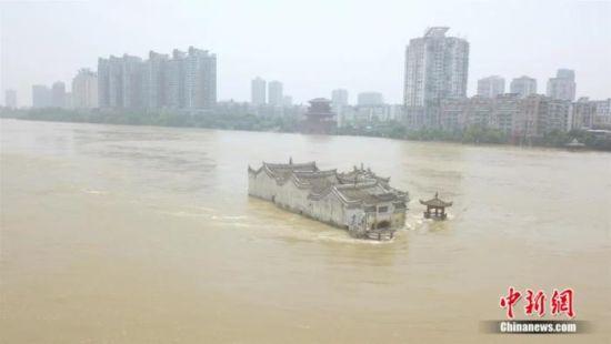 观音阁屹立于洪流中 郑子颜 摄